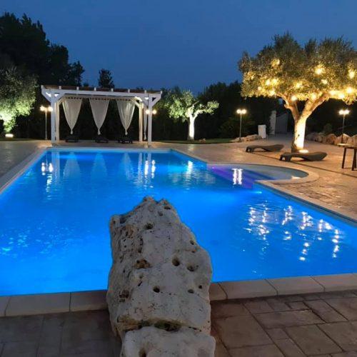 matrimonio di sera piscina al tramonto
